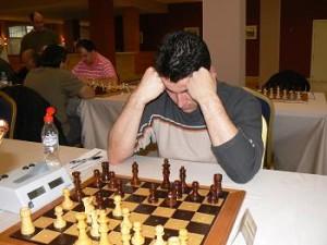 Chico jugando al ajedrez