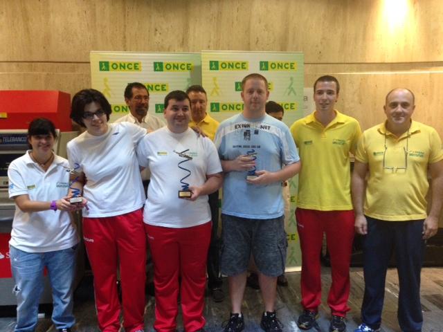 Imagen de grupo de los ganadores con sus trofeos