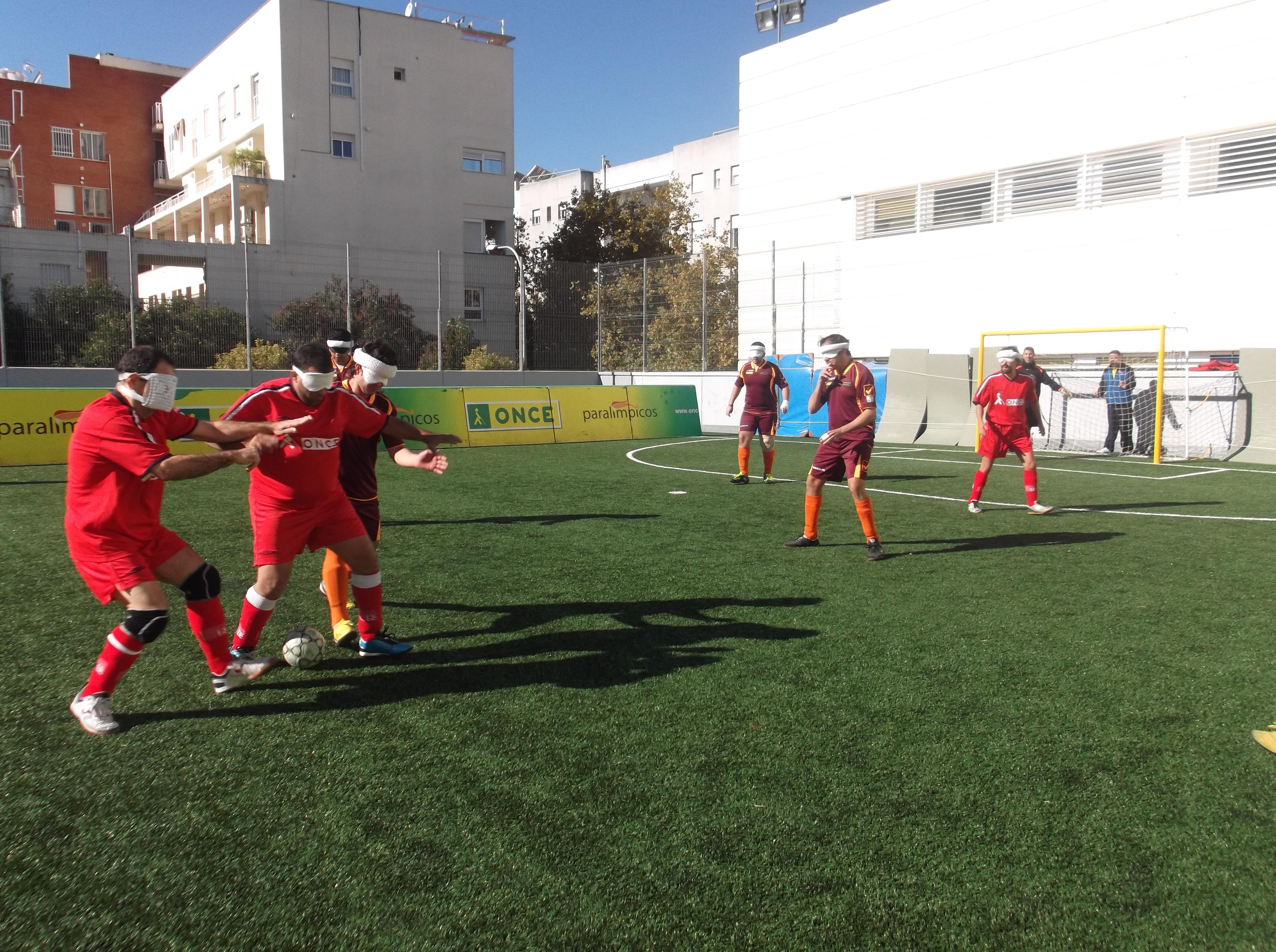 Varios deportistas ciegos luchan por hacerse con el control del balón