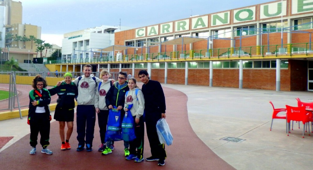 Miembros de Fadec a la entrada de la ciudad deportiva de Carranque