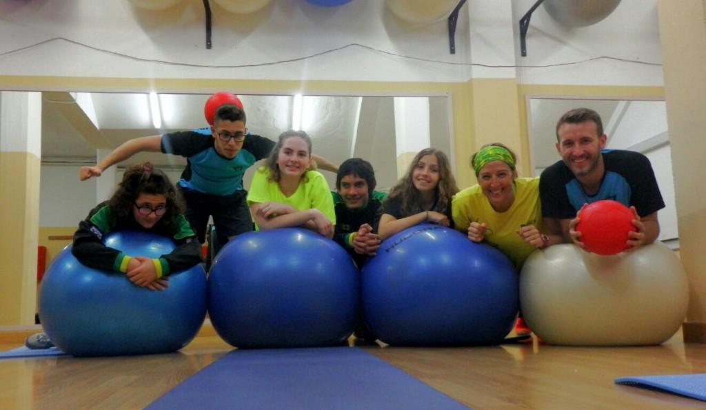Integrantes de Fadec disfrutando en la zona de ejercicios de la ciudad deportiva