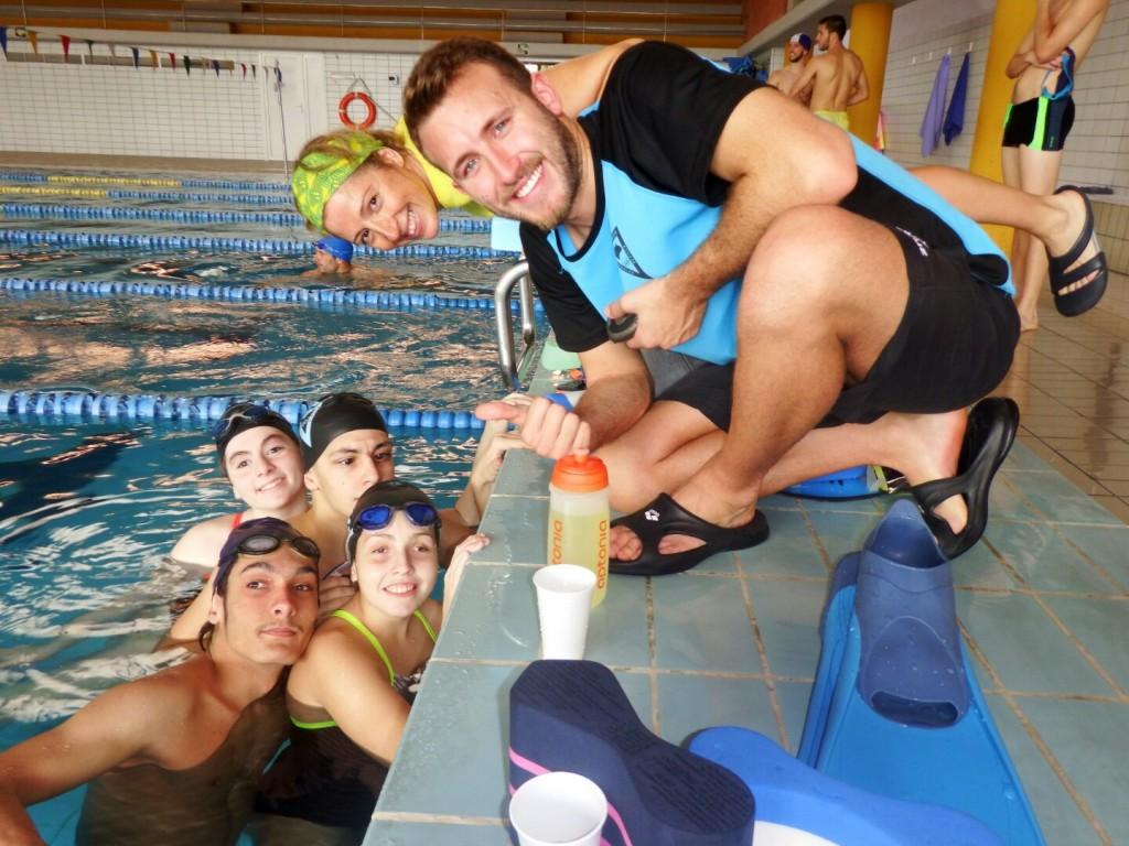 Integrantes de Fadec disfrutando en la piscina
