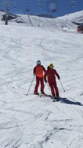 Monitor y participante esquiando en Sierra Nevada