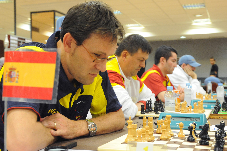 Primer plano de un ajedrecista jugando una partida
