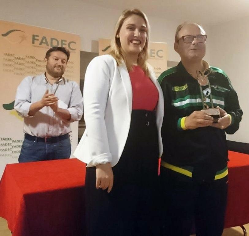 Javier Lagares recogiendo su trofeo