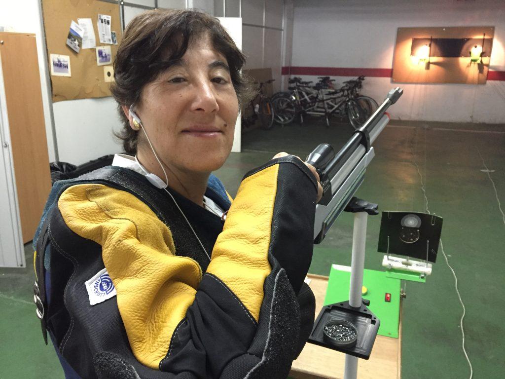 Ana María Estrada en su entrenamiento de tiro en la Delegación Territorial