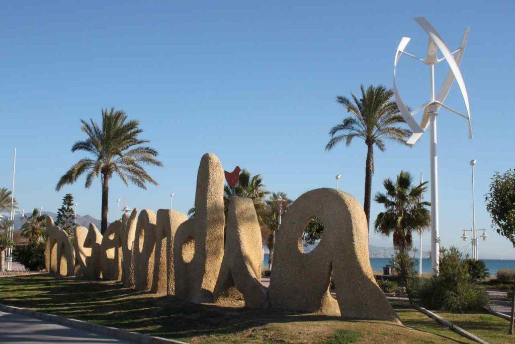 El nombre la Misericordia en piedra en la rotonda que da acceso a la playa