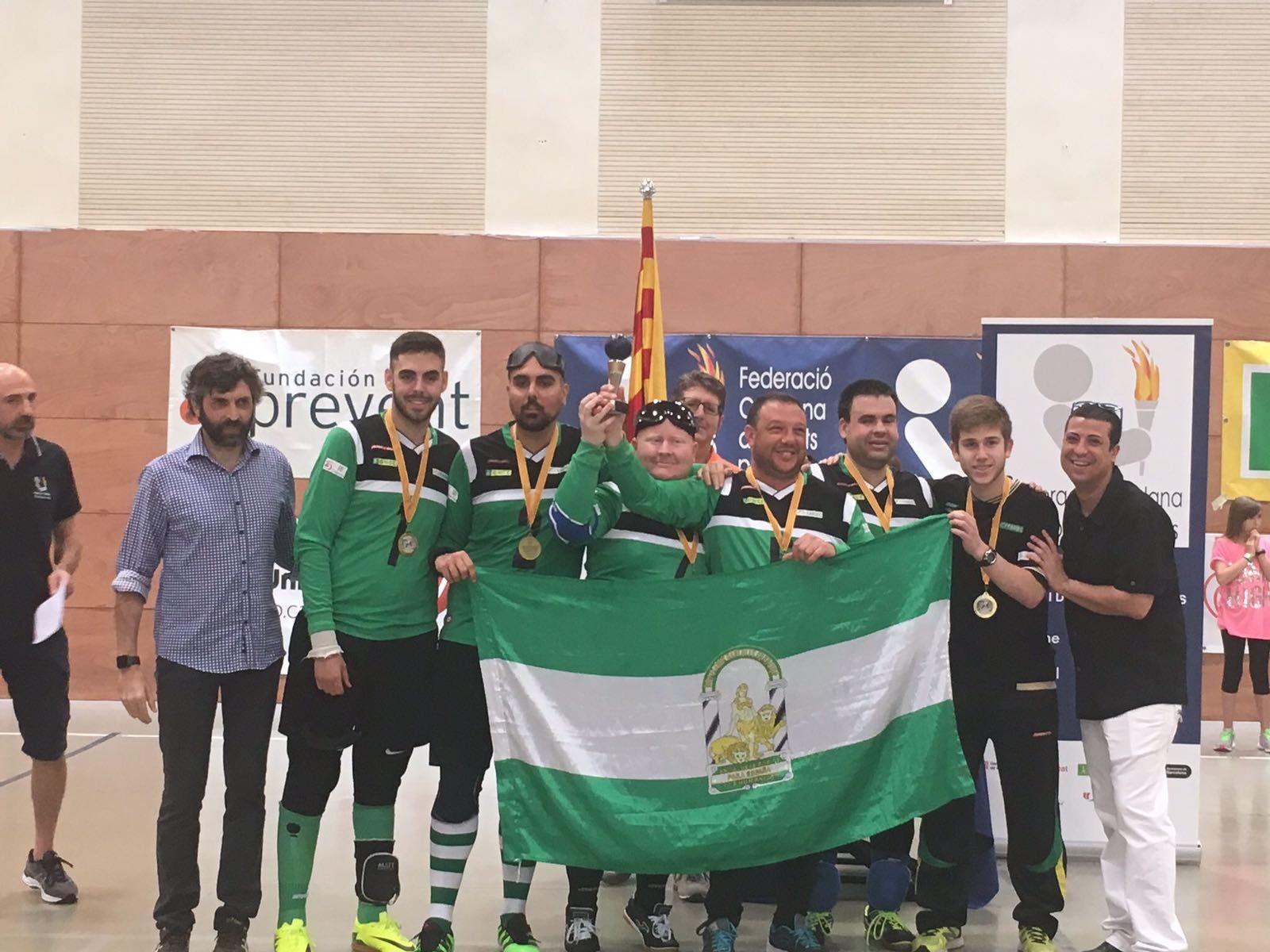 El equipo andaluz celebra su triunfo agitando la bandera de Andalucía