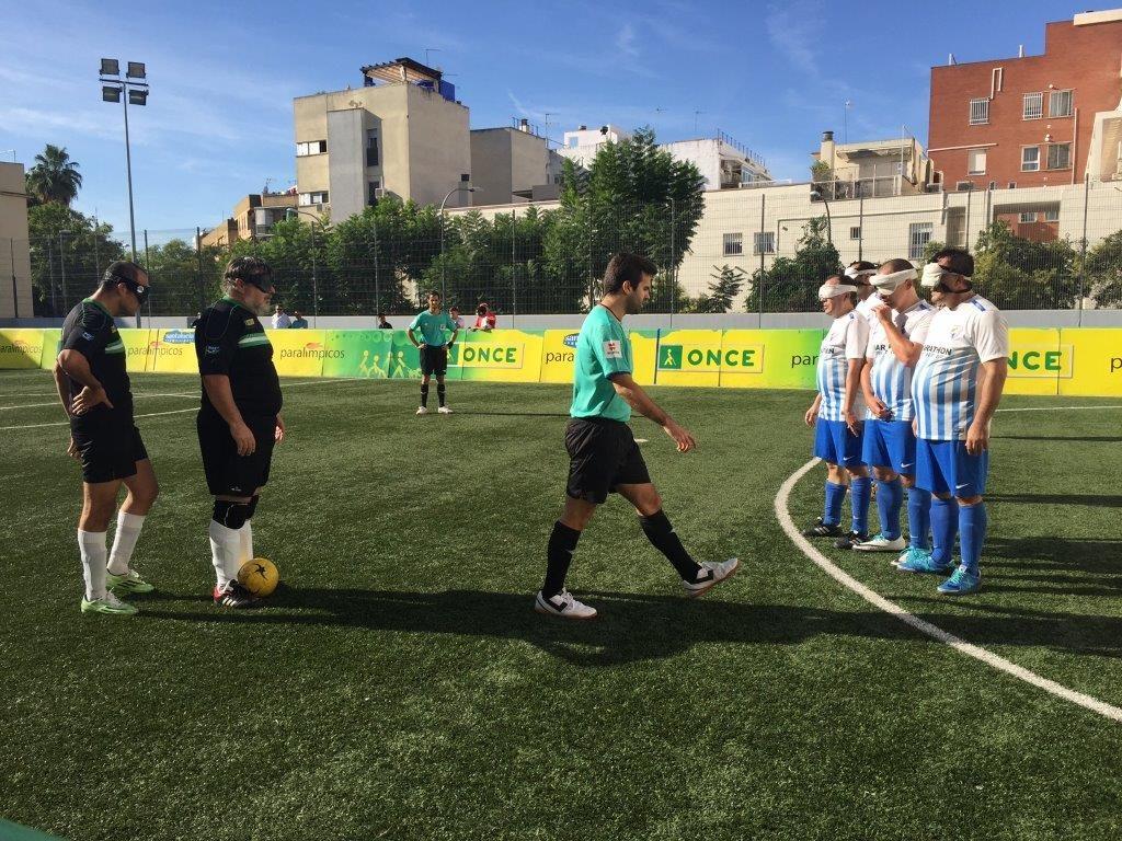 Una jugada en el partido Granada-Málaga de B1