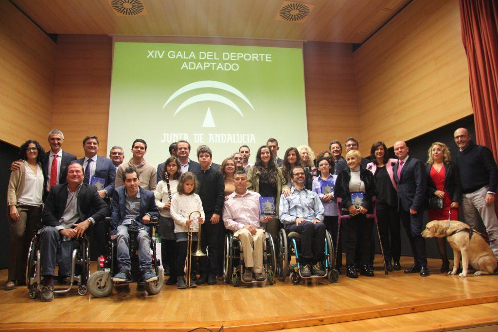 Imagen de familia de todos los premiados en el escenario del CRE