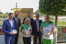 Los deportistas homenajeados tras la firma del convenio FADEC-Grupo Abades | Foto: Manuel Troncoso