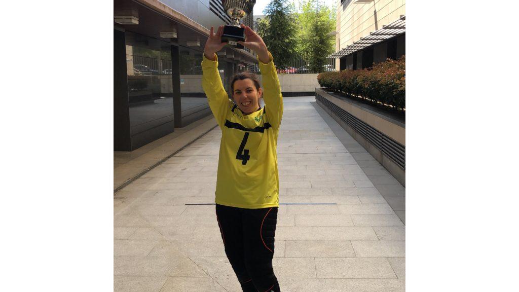 Cristina Calleja orgullosa con su trofeo