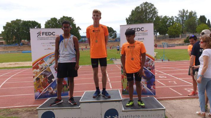 Mustapha en el podium del Campeonato de Atletismo de Segovia
